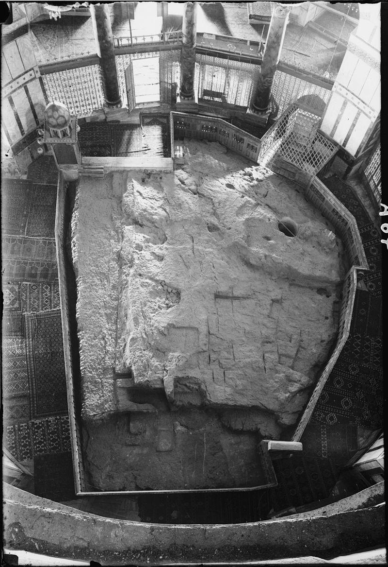 الصخرة المشرفة التي عرج منها النبي محمد إلى السماء في ليلة الإسراء والمعراج
