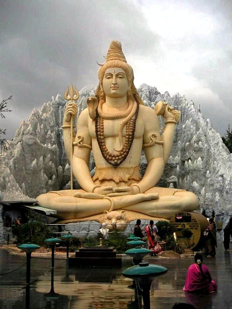 تمثال شيفا في وضع يوجا تأملي
