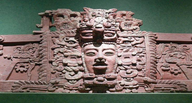 مجسّم قناع المايا يعكس فترة ما بعد الكلاسيكيّة