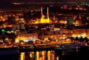 صورة للمدينة ليلا تظهر شارع الكورنيش والمسجد الجامع