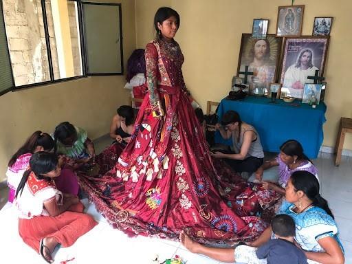 مشروع الفستان الأحمر بأيدي نساء العالم