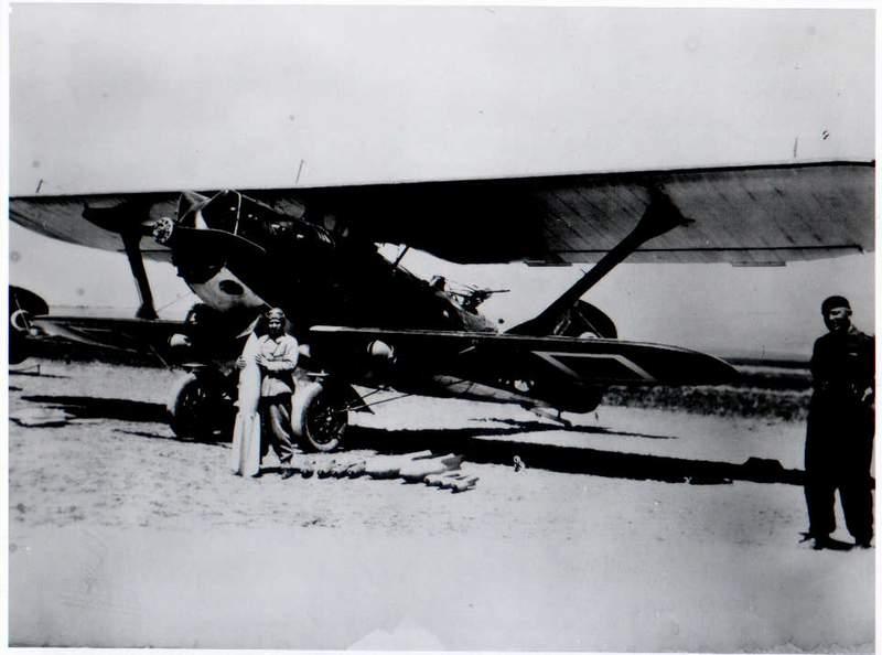 صبيحة كوكجن بنت أتاتورك المعنوية مع طائرة قاذفة