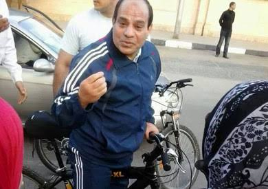 السيسي يقود الدراجة بالإسكندرية