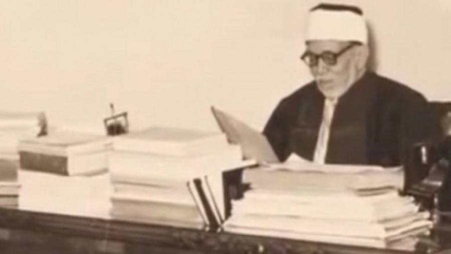 الشيخ الخضر حسين في مكتبه
