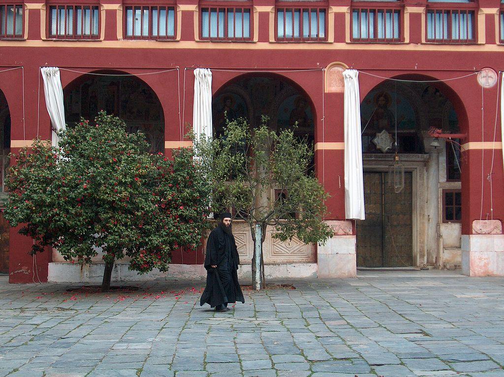 راهب أرثوذكسي في دير فاتوبيدي بجبل آتوس.