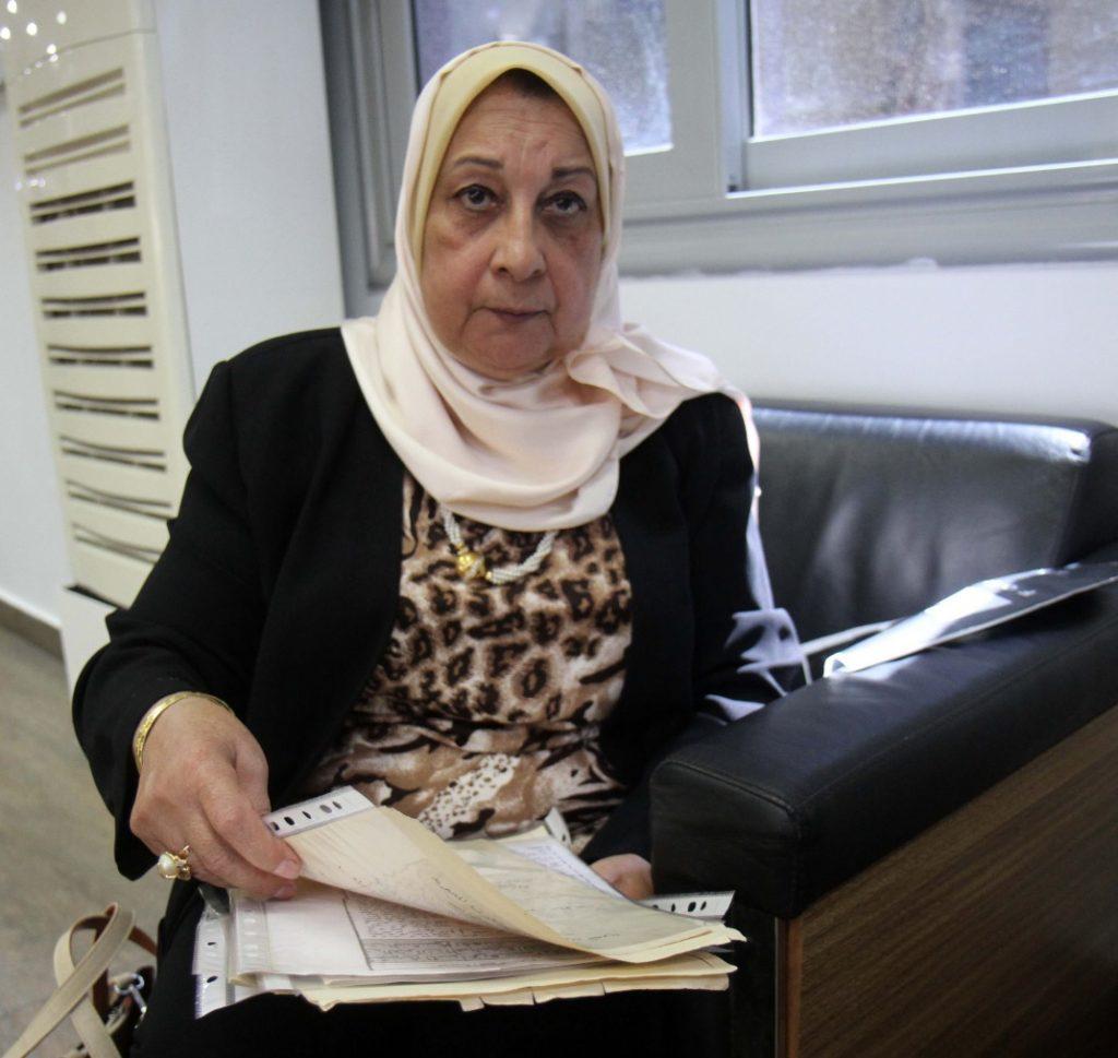 حفيدة الشيخ محمد رفعت مع وثائق جدها