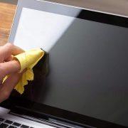 الدليل الكامل لكيفية تنظيف شاشة الكمبيوتر أو اللابتوب بطريقة آمنة وفعالة