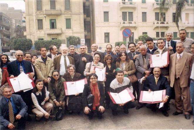 أعضاء اللجنة يسلمون وثيقة جمع التوقيعات بقصر عابدين - تصوير عادل واسيلي