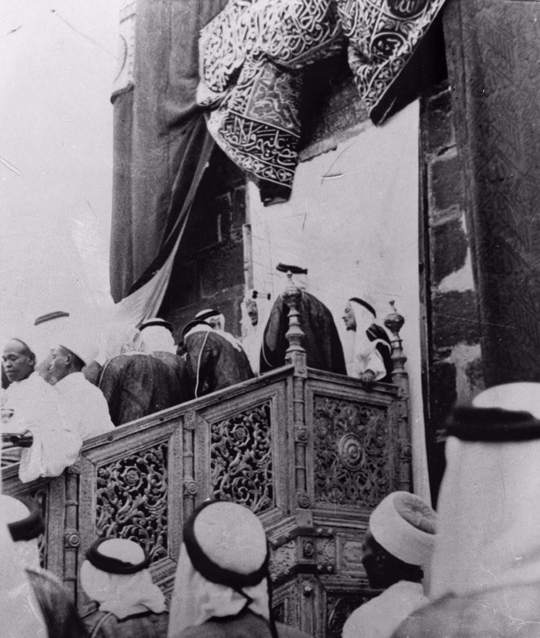 الملك سعود بن عبدالعزيز عند الكعبة