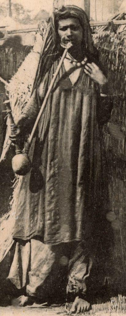 امرأة مصرية تدخن الجوزة سنة 1905 م