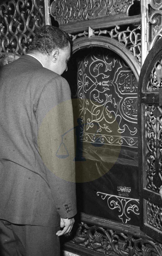 عبدالناصر عند ضريح السيدة زينب