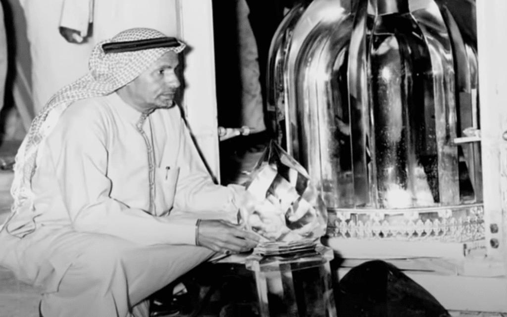 محمد بن عوض بن لادن مع الغطاء الزجاجي لمقام إبراهيم