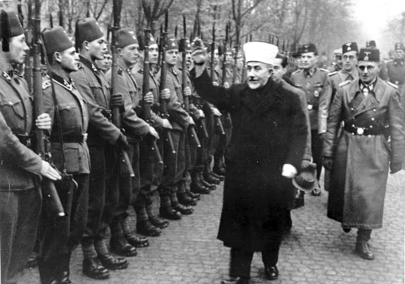 أمين الحسيني مع جنود الفرقة الجبلية فافن 13 إس إس هاندشار النازية