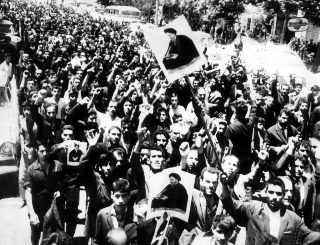 شعب طهران يحملون صور الخميني سنة 1963